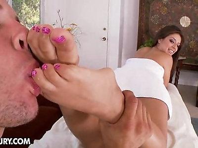 Jynz Maxe gets a foot massage